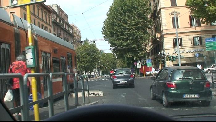 ローマ市街の路面電車と一緒にごうごう